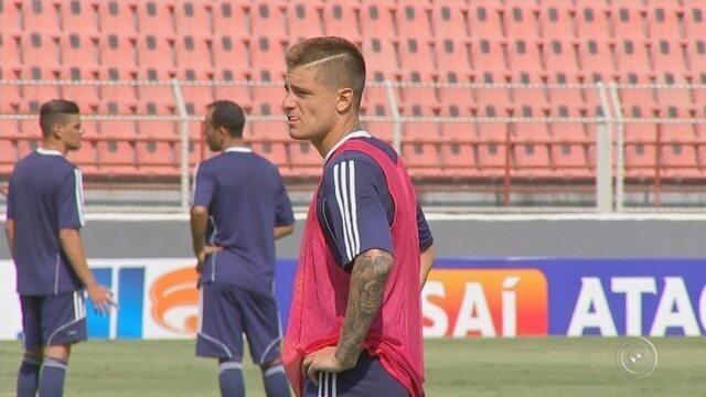 Fora dos planos do Santos, Lucas Crispim é apresentado no São Bento