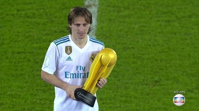 Modric recebe o prêmio de melhor jogador do Mundial de Clubes da Fifa