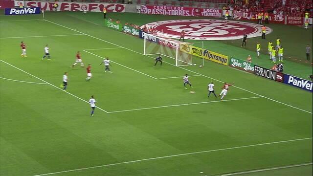Cláudio Winck pega mal na bola e Damião quase marca aos 9' do 2/T