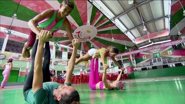 Passistas da Mangueira praticam yoga para ajudar no desenvolvimento na avenida