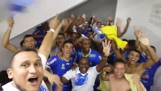 Elenco do Iguatu festeja classificação para a segunda fase do Campeonato Cearense