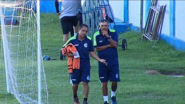 Ainda sem Luizinho, Edmilson Santos comanda treino tático no Sabino Ribeiro