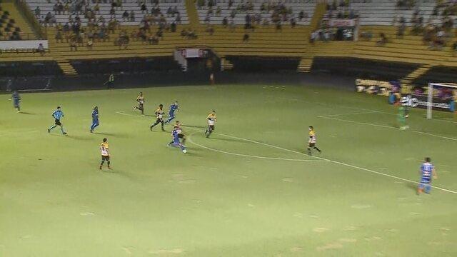 Gol do Cianorte! Rafael Carrilho arrisca de longe e abre o placar, aos 12 do 1º tempo