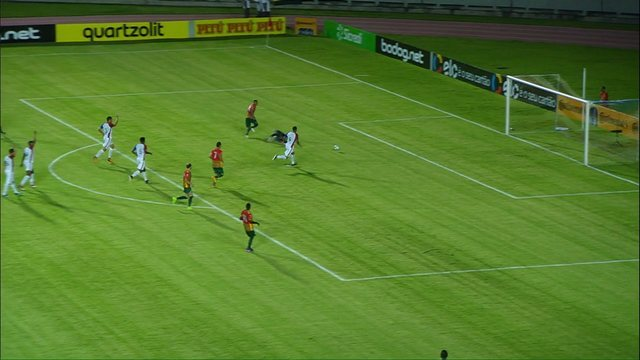 Thiago Rodrigues evita o gol do Sampaio Corrêa aos 17 minutos