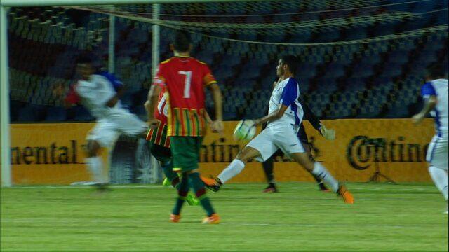 Bola bate na mão de zagueiro do Paraná e o árbitro dá pênalti para o Sampaio Corrêa