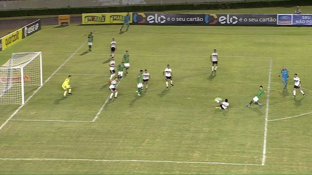 Uberlândia x Coritiba: Daniel Pereira bate rente à trave aos 45 do 2° tempo