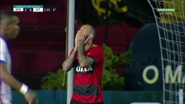 No primeiro minuto do 2º tempo, Leandro Pereira chuta e a bola belisca a trave