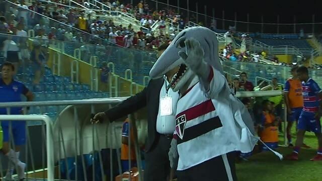 """Mascote do Ferroviário tira a camisa, comemora gol e é """"expulso"""" durante Clássico"""