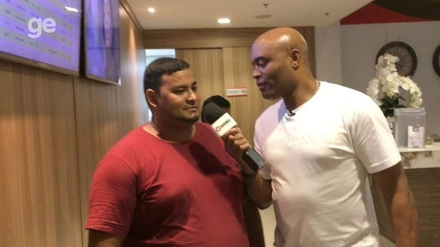 Em meio a polêmicas, Anderson Silva tira onda de repórter e surpreende fãs; vídeo
