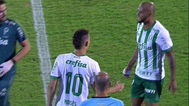 Felipe Melo pede substituição, mas se levanta e acaba ficando em campo