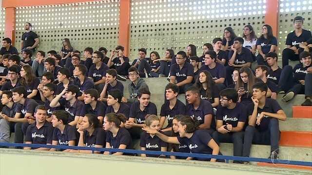 Campeã pela seleção brasileira, Janeth visita uma escola em Pernambuco