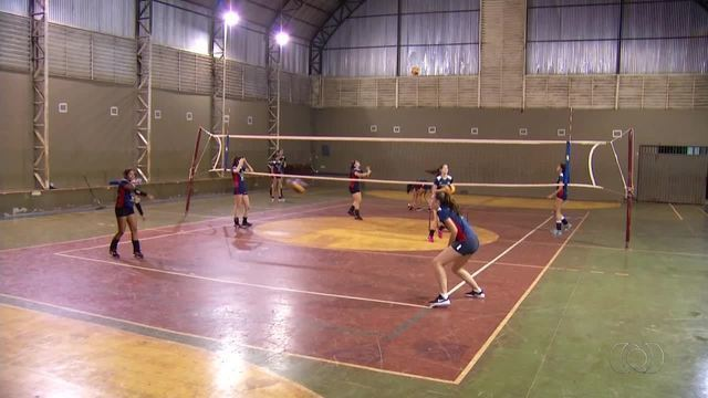 Jovens atletas participam de seletiva para mundial de vôlei escolar