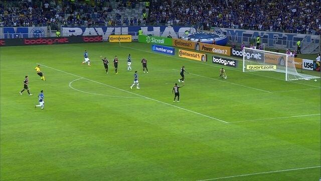 Raniel recebe, gira e bate para o gol, mas Santos faz boa defesa aos 33 do 2º