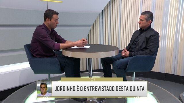 """André Rizsek entrevista o técnico Jorginho no quadro """"1x1"""""""