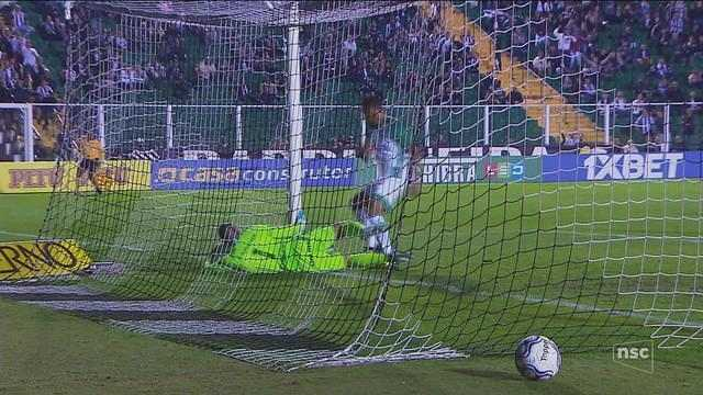 Em jogo polêmico, Figueira é derrotado pelo Goiás e perde a chance de entrar no G-4
