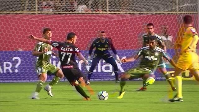 Yago arrisca da entrada da área, e manda por cima do gol, aos 31' do 1º tempo
