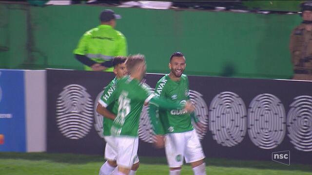 Jandrei e Leandro Pereira brilham, Chape vira sobre o Inter e deixa Z-4 da Série A