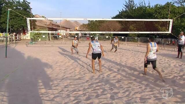 'Reis da Praia' reúne atletas na Praia do Cajueiro em competição de vôlei e futevolei