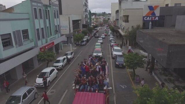 Jogadoras do Leoas da Serra desfilam em caminhão após conquista da Libertadores