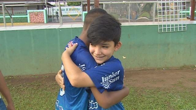 Menino de 11 anos dá bicicleta que ganhou em sorteio a amigo de time em RO