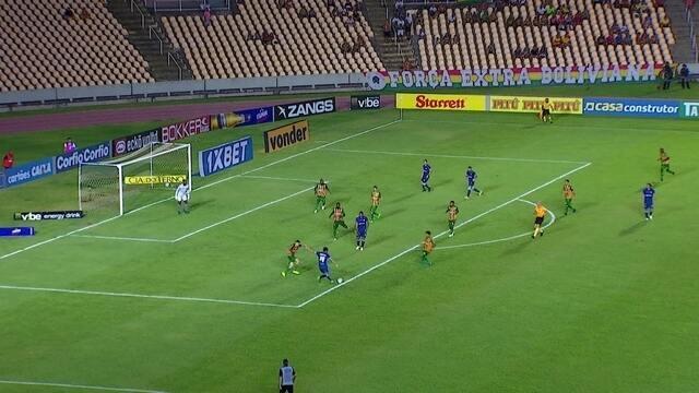 Thiago Ribeiro arrisca para o gol, e manda para fora, aos 22' do 2º tempo
