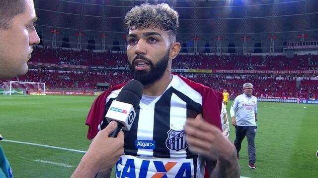 """Gabriel diz que tocou na bola e tenta """"levar"""" mais um gol contra o Internacional"""