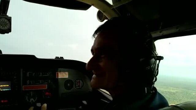 Geraldo Araújo, construtor da casa-avião pilota avião pela primeira vez
