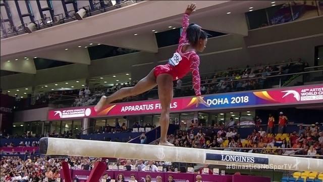 Simone Biles se apresenta na trave na final do Mundial de Ginástica