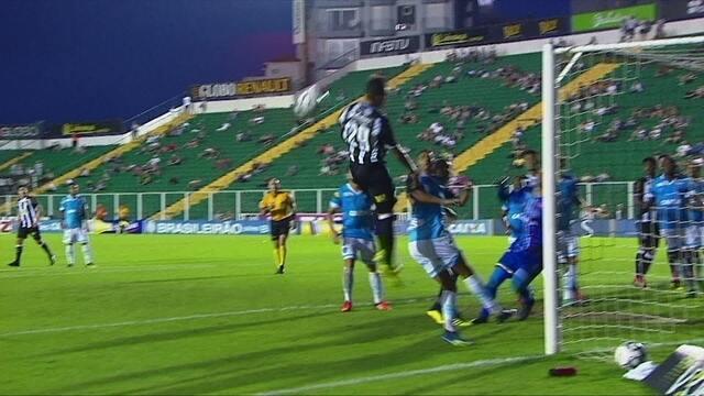 Marco Antônio cobra escanteio fechado, e Romarinho não alcança, aos 39' do 1º tempo