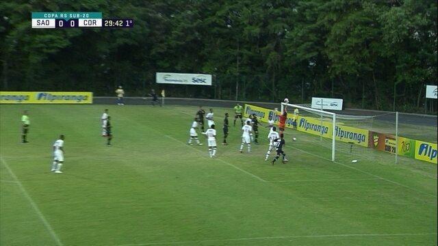 Roni cobra escanteio direto para o gol, mas Thiago Couto faz a defesa, aos 29' do 1ºT
