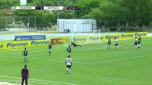 Nestor cruza, a bola desvia em Furtado, mas Gomes faz a defesa, aos 29' do 1 tempo