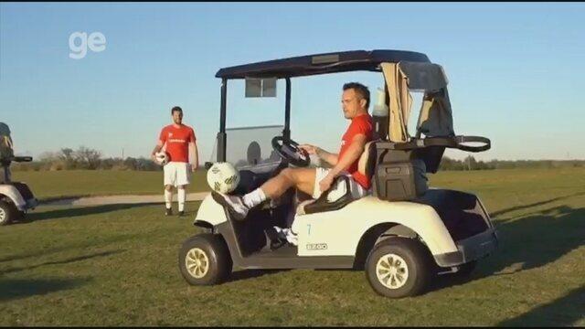 Pode isso? Falcão tira onda ao fazer embaixadinhas enquanto dirige carrinho de golfe