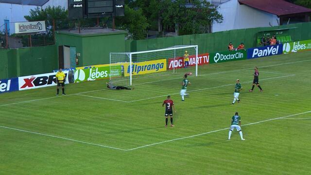 Marcos Paraná cobra falta de longe, mas o goleiro Carlos Eduardo pega aos 11 do 1º tempo