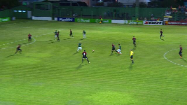 De frente para o gol, Maurício finalizou rasteiro e levou perigo ao gol aos 41 do 1º tempo