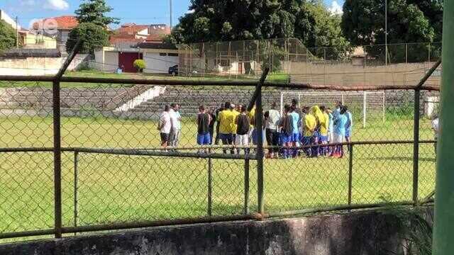 Antônio Teixeira discutiu com os jogadores antes do treino