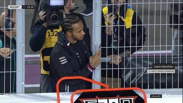 De celular na mão, Lewis Hamilton acompanha os treinos da MotoGP