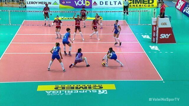 Hooker saca entre Natinha e Amanda e Osasco encosta com ace - 1º set - Barueri 8 x 7 Osasco
