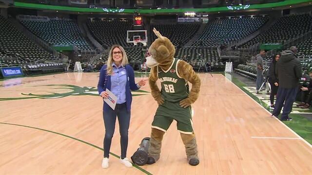 Mascote dos Bucks agita pré-jogo da NBA