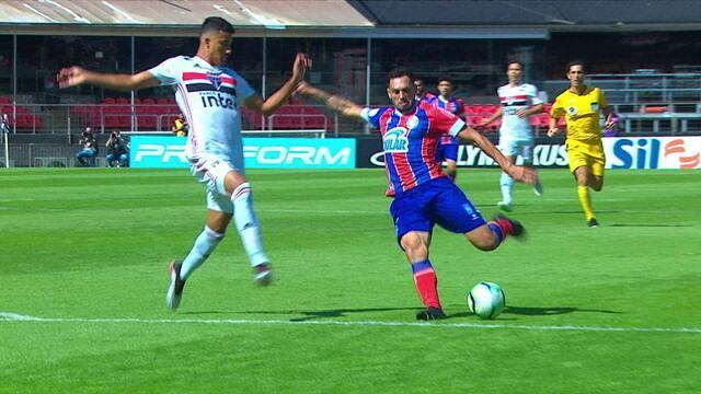No contra-ataque, Gilberto bate cruzado, e a bola passa com perigo, aos 6' do 1º tempo
