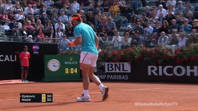Nadal sustenta a troca no fundo e consegue uma curtinha sensacional contra Djokovic
