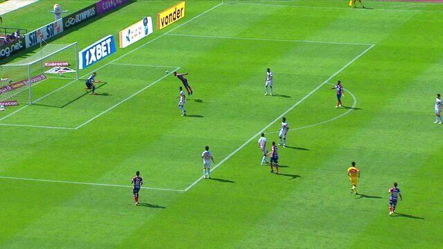 Gilberto arrisca para o gol, e Elber quase consegue desviar, aos 44' do 1º tempo