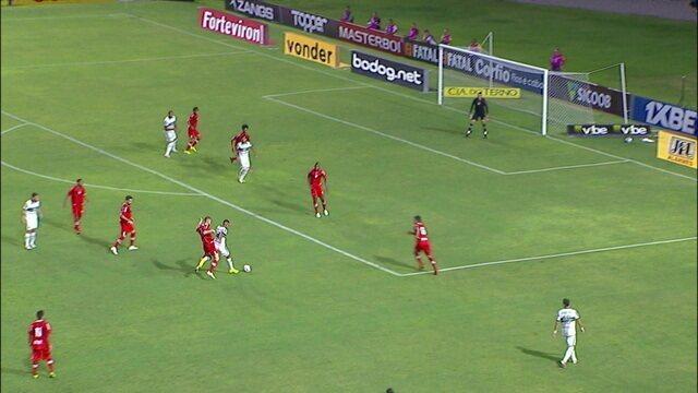 João Vitor arrisca e o goleiro Edson Mardenn espalma, aos 22' do 1ºT
