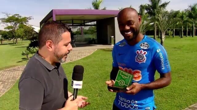 Athletico-PR 0 x 2 Corinthians: Vagner Love recebe o troféu de melhor da partida