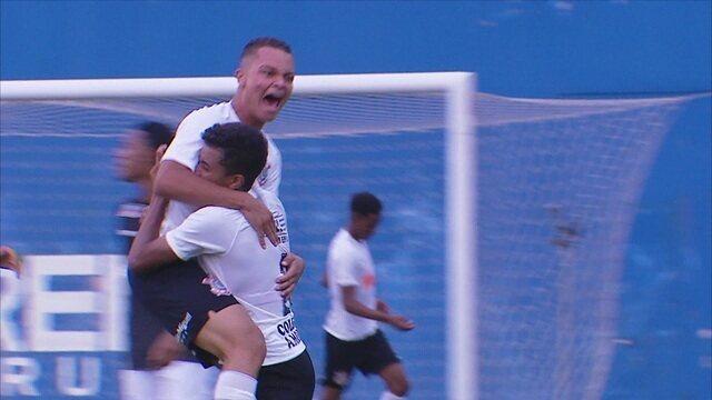Gol do Corinthians! Riquelme arrisca de longe e amplia, a 1' do 2º Tempo