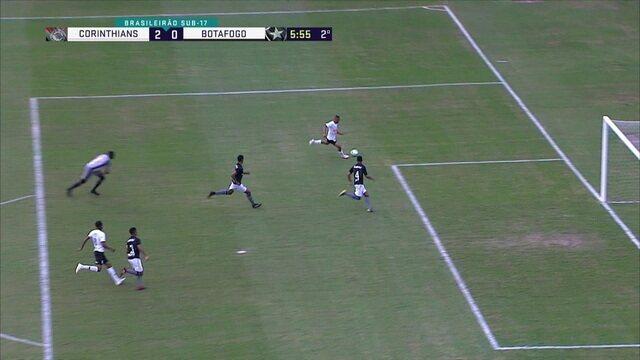 David avança pela esquerda, dribla o goleiro, mas chuta para fora, aos 5' do 2º Tempo