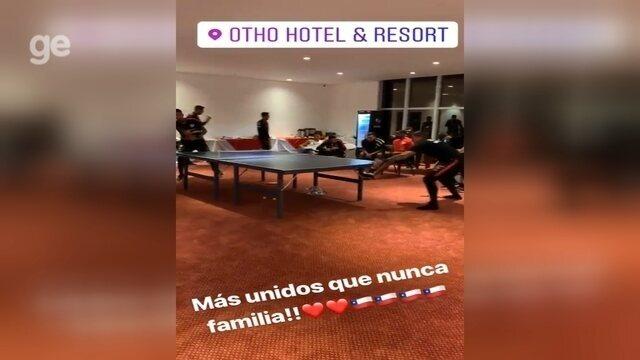 Vidal faz torneio de pingue-pongue com companheiros de seleção chilena em saguão de hotel