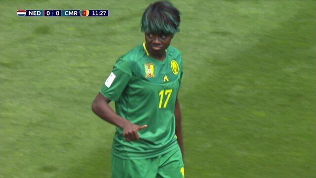 Enganamouit recebe na direita, tenta o cruzamento e quase surpreende a goleira holandesa Van Lunteren, aos 11 do 1º
