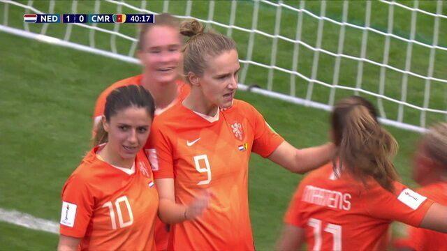 Gol da Holanda! Van De Sanden cruza na área e Miedema completa de cabeça, aos 40 do 1º