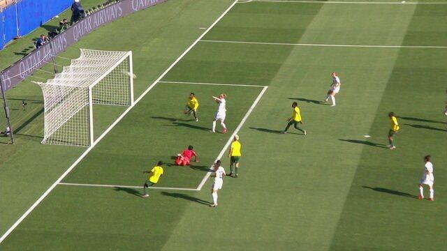 Buehl chuta forte e a goleira Dlamini espalma, no rebote Popp finaliza e manda por cima do gol, aos 16' do 1º tempo