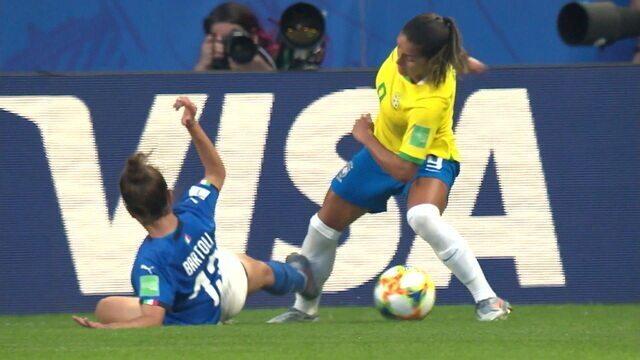 Bartoli faz falta feia em Debinha, rasga a meia da brasileira e leva amarelo